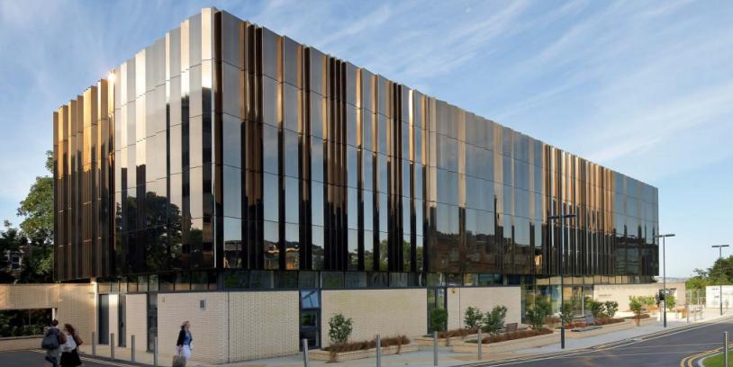 зеркальная нержавейка для отделки фасада университета Лидса в Лондоне